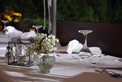 """Festlich gedeckter Tisch im Biergarten beim Sommerabend-Event """"Dinner in weiß"""""""