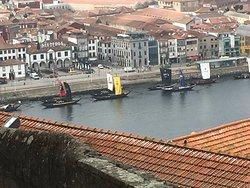 Uitzicht vanaf het plein voor de Kathedraal op de Douro met enkele portschepen.