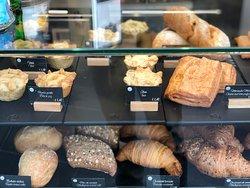 Empadas, quilhes, merendas mistas, croissants, pão com chouriço, carcaça de cereais e bolinhas rústicas.