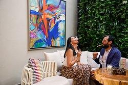 Mezcla la esencia cigar lounge con gastronomía dominicana e internacional.