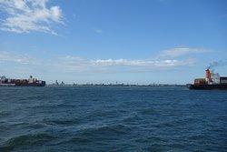 De grote vrachtschepen, Vlissingen in de verte