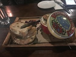brie appetiser with grilled bread and jam and figs