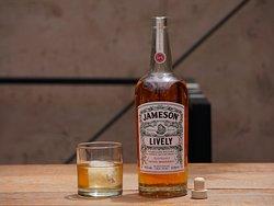 Escoge el país y nosotros ponemos el Whisky o Whiskey. Desde EE. UU. Y Japón hasta Irlanda y Escocia. Pídelo en las rocas, en un cocktel o una cata