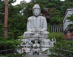 大型の釈迦如来石像