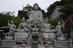 釈迦如来を観音、文殊菩薩などの前立が囲む
