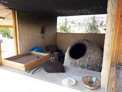 O pão é assado nas paredes desse forno e servido quentinho ali mesmo...