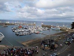 l'attente des passagers du ferry, qui va d'abord débarquer les touristes qui arrivent, puis embarquer les gens qui attendent