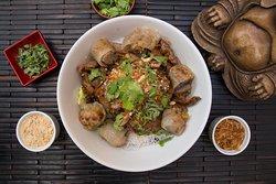 """Bò bún cha giò"""" Vermicelli de arroz, trozos de nem, lomo liso con cebolla, lechuga, pepino, diente de dragón, cilantro, menta, maní y salsa vietnamita."""