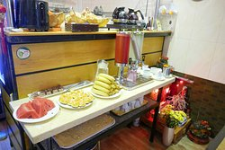 Les viennoiseries et le pain avec café, thé et jus de fruits.