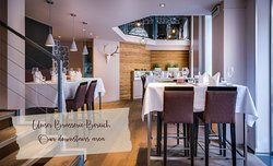 Unser Brasserie-Bereich im Erdgeschoss mit höheren Stühlen / Our downstairs brasserie area with higher chairs