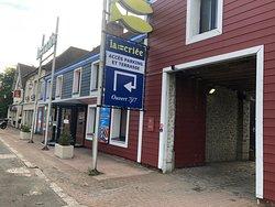 Façade côté N10 de La Criée Coignières, où l'on voit un accès possible au parking via la porche cochère (sinon faire le tour du pâté de maison comme indiqué)