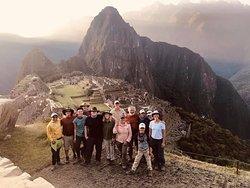 Despues de llegar por la puerta del SOL, el magico Machu Picchu con todo el grupo de USA.