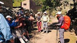 Durante el camino el guia explicando sobre la historia de los Incas.