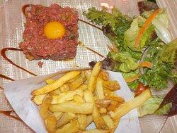 Tartares de bœuf, frites maison et petite salade verte.