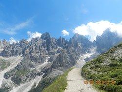 Il sentiero del Trekking con lo sfondo delle pale