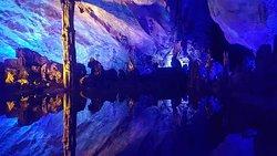 Caverne di origine carsica illuminate