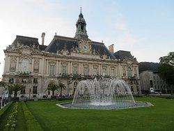 stadhuis met fontein