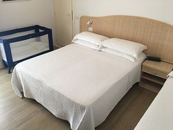 Camera gold con letto matrimoniale letto e lettino da campeggio