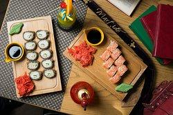 Особое место в меню ресторана занимают блюда японской кухни. Большое разнообразие роллов моментально влюбят в себя гостей.