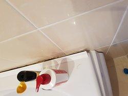 ванна отходит от стены, вода всегда на полу