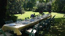 """Con el buen tiempo las comidas de grupo """"florecen"""" en el jardín. Reserva tu mesa y tu menu ¡para que todo vaya más rápido!"""