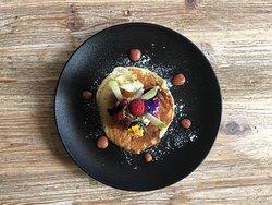 Pancake maison au thym citron, fruits frais et coulis de rhubarbe