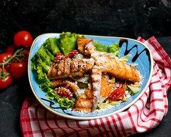 Вкусная еда и интерьер наполненный множеством ласкающих взгляд деталей.