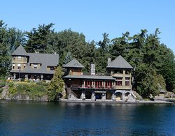 What beautiful houses along the St. Lawrence River