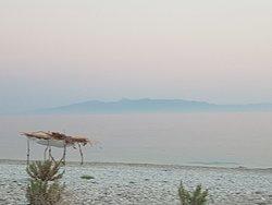"""Klares Wasser und schöner """"wildromantischer"""" Strand"""