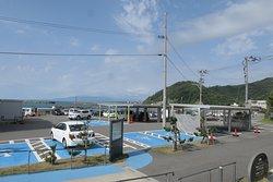 鶴岡市の小さな漁港の近く、荒埼灯台の目の前に水族館があり駐車場は無料です。