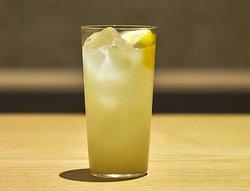 甘酒レモンスカッシュ 数種類のハーブと共に漬け込んだ自家製のレモネードシロップに甘酒を加え、ソーダで爽やかに仕上げました。 お好みでフレッシュなレモンを絞ってお召し上がりください。体にも美味しい夏にぴったりな発酵ドリンクです。