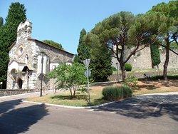 Viale borgo castello con chiesetta