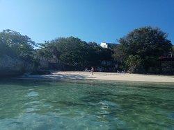Пляж у бара Пират
