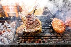 'Εχοντας εξασφαλίσει υψηλής ποιότητας προϊόντα, σειρά έχει το μαγείρεμα. Το είδος του κρέατος, η κοπή και το ιδανικό ψήσιμο μελετήθηκαν και επιστρατεύθηκαν φωτιές, σούβλες σε κάρβουνο, ξυλόφουρνος, robata, ακόμα και αντικρυστά.