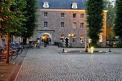 """Abendlicher Blick vom """"Schlosshof"""" aufs Hotelgebäude"""