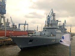 Fast fertiges Militärschiff