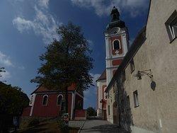 Der Zugang zur Pfarrkirche St. Laurentis vom Marktplatz Neualbenreuth