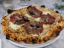 We shared one of their 'white' pizzas ..... made without any tomato sauce, dressed with lots of buffalo mozzarella & smoked Parma ham.