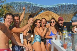 Οι Παρασκευές μας💚 Όμορφα cocktails, φοβερές μουσικές και πάνω απ'όλα σούπερ διάθεση! Το καλοκαιρι είναι ακόμα εδώ! 🍹  #friday #party #friyay #pool #cocktails #lovekos #loveparty #loveisland