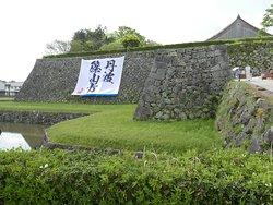 城壁に大きな旗がかかっていました。