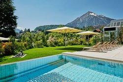 Aussicht auf Pool, Eden Garten und Niesen