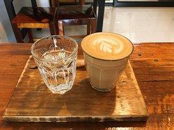 Ein Kaffee Latte im Janjaow Restaurant/Café von vorne.