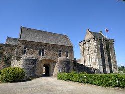 L'entrée du château depuis la route