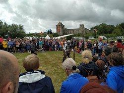 Journée médiévale du 15 août 2019, démonstration de combat de chevaliers. A l'arrière plan, le château de Saint Sauveur.