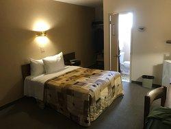 Rodeway Inn, Gaspé. Mini lit double!  Plus grand qu'un lit simple mais plus petit qu'un lit double.