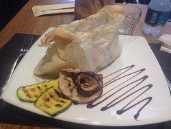 Filetto di branzino al cartoccio con pomodorini, capperi e olive