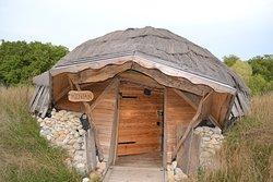 jolie cabane tout en bois semi enterrée, tout confort
