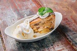 Appeltaart: Torta de maçã servida com sorvete de creme.