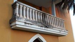 Balcon de chambre , les facades sont noires même pas la présence d esprit d un coup de karcher avant saison! Manque de personnel et gros probléme d hygiéne