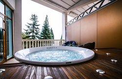 В номере Vip-Suite, открытая веранда с ванной джакузи и прекрасным видом на море и парк отеля.